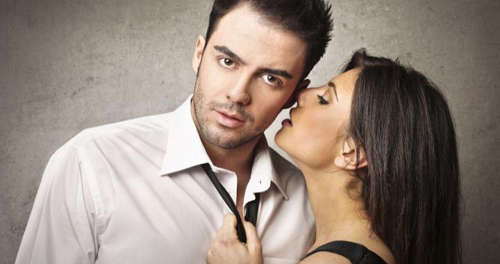 Девушка пытается поцеловать парня