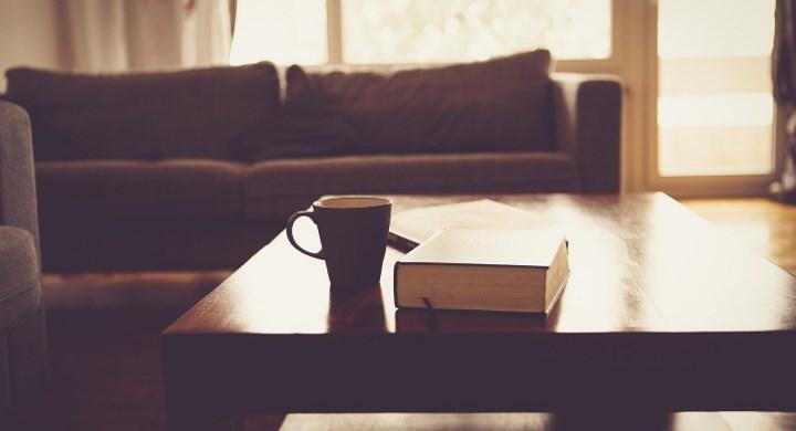 Книга и чашка кофе на столе
